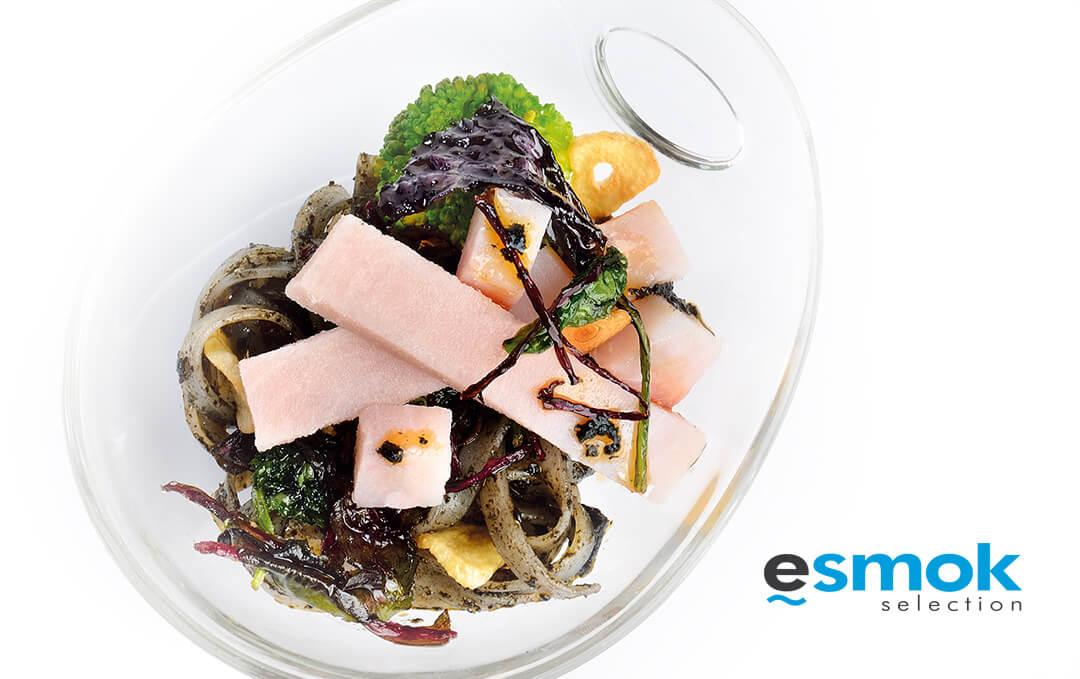 Noodles negros al brocoli con pez espada ahumado.